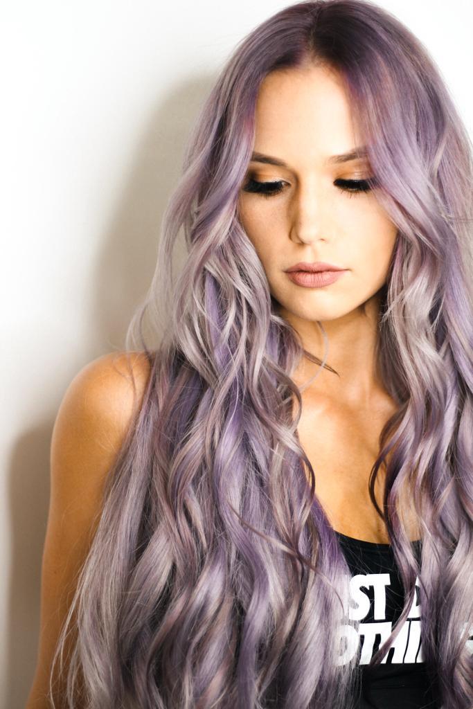 Devuélvele la vida a tu cabello seco cabello teñido de violeta