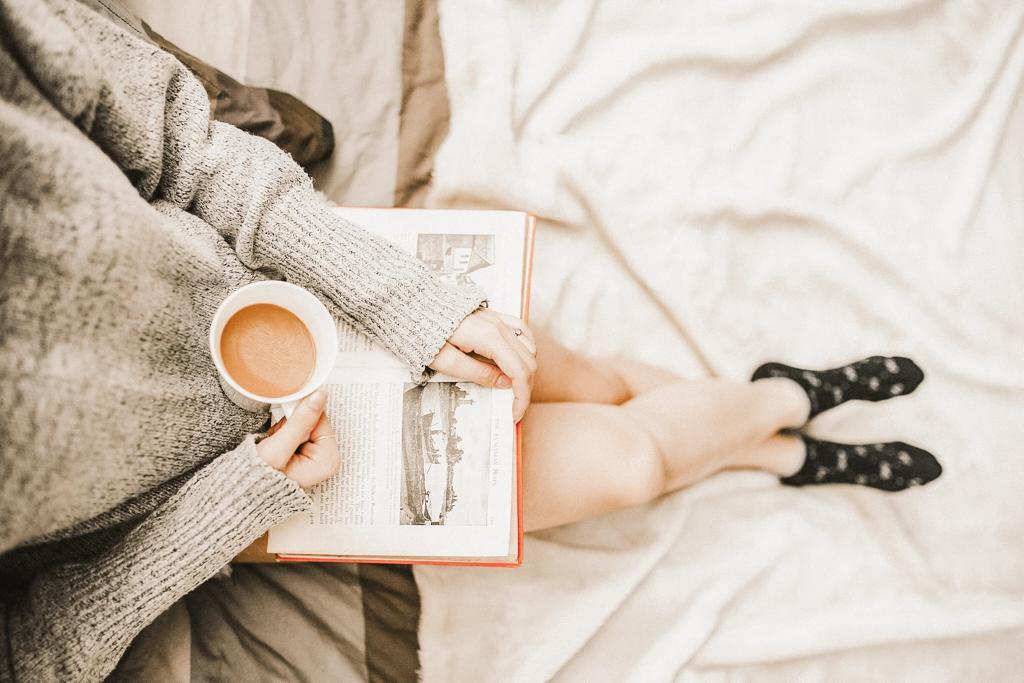 6 razones por las que mamá hace pataleta, mujer tomando café leyendo