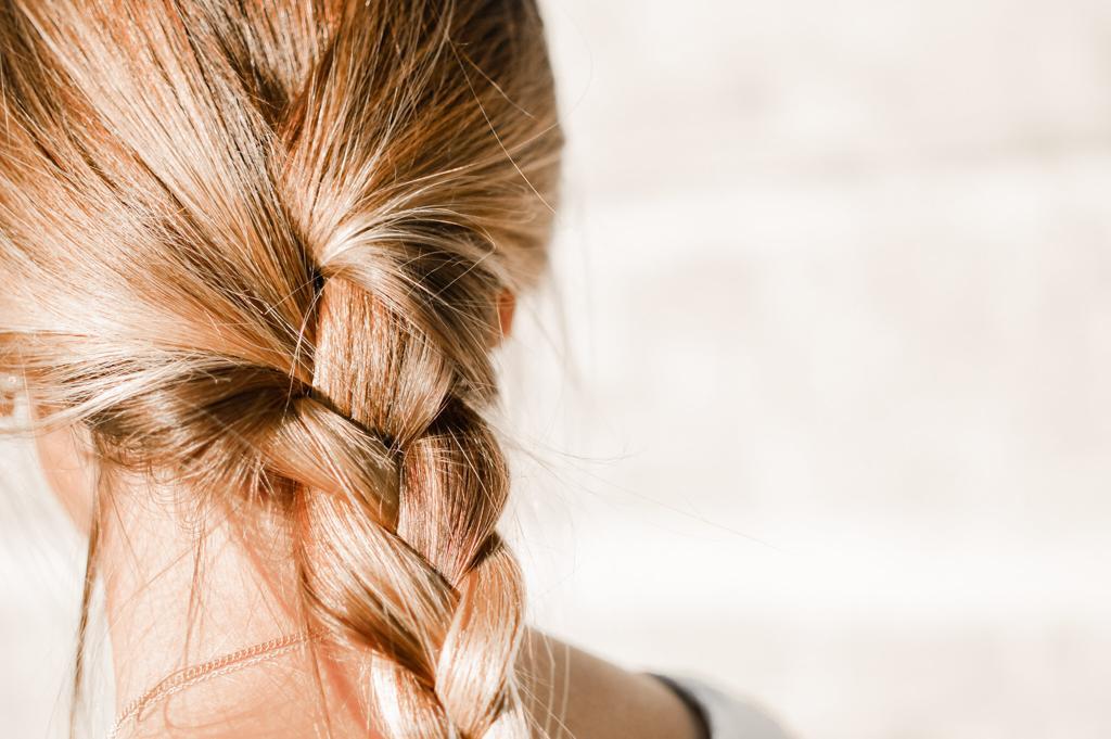 5 Tips para combatir el cabello graso, trenza suelta,